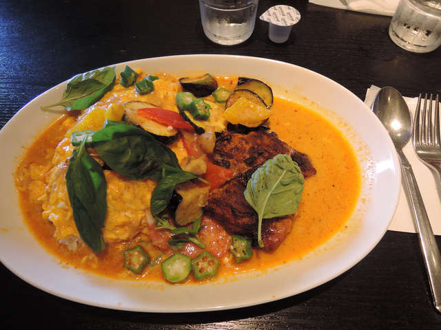 Image: 150814 夏野菜とチキンのカレーソース掛けオムライス - イーグル